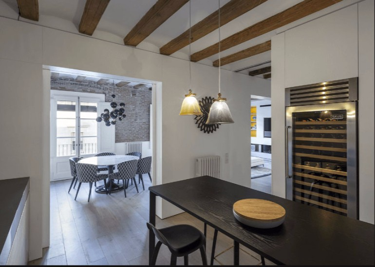 A Modern Living Room with Brick Wall and Exposed Beams You Must See modern living room Modern Living Room with Contemporary Lighting in Medieval Barcelona A modern apartment with brick walls and exposed beams in Medieval Barcelona 10