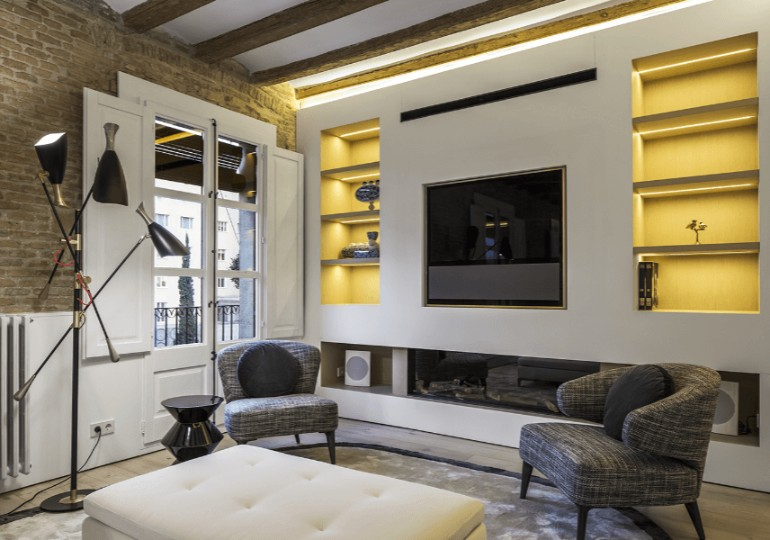 A Modern Living Room with Brick Wall and Exposed Beams You Must See modern living room Modern Living Room with Contemporary Lighting in Medieval Barcelona A modern apartment with brick walls and exposed beams in Medieval Barcelona 15