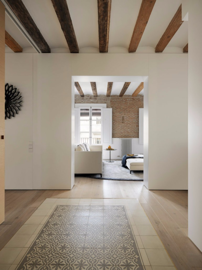 A Modern Living Room with Brick Wall and Exposed Beams You Must See modern living room Modern Living Room with Contemporary Lighting in Medieval Barcelona A modern apartment with brick walls and exposed beams in Medieval Barcelona 5