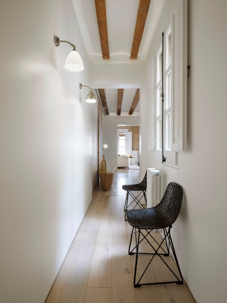 A Modern Living Room with Brick Wall and Exposed Beams You Must See modern living room Modern Living Room with Contemporary Lighting in Medieval Barcelona A modern apartment with brick walls and exposed beams in Medieval Barcelona 8