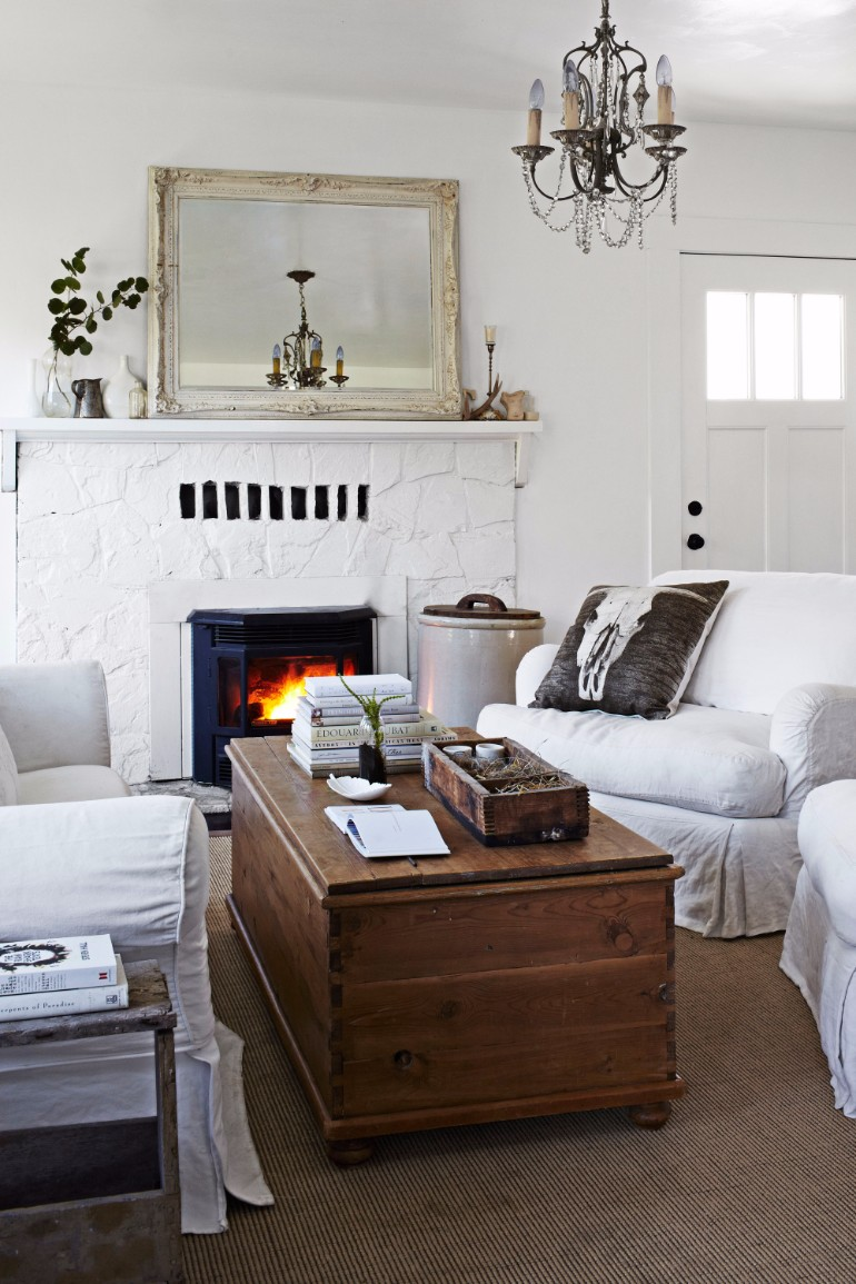 Cozy living rooms to warm up your house all winter long for Warm cozy living room ideas