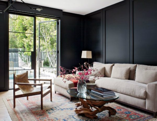 Luxurious Living Room With A Black and White Backdropcapa