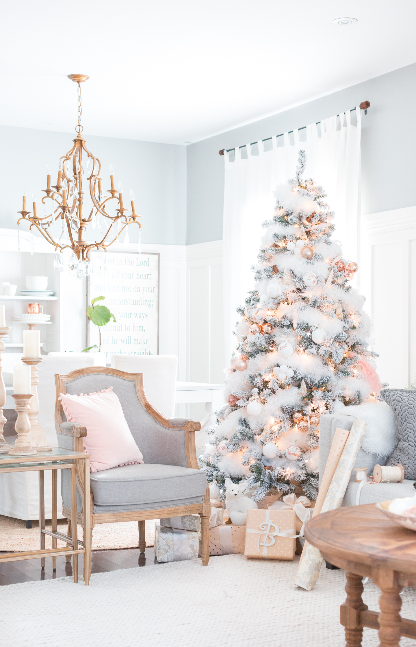 How To Make Your Christmas Living Room Decor Look Like A Million Bucks_1 christmas living room decor How To Make Your Christmas Living Room Decor Look Like A Million Bucks How To Make Your Christmas Living Room Decor Look Like A Million Bucks 5