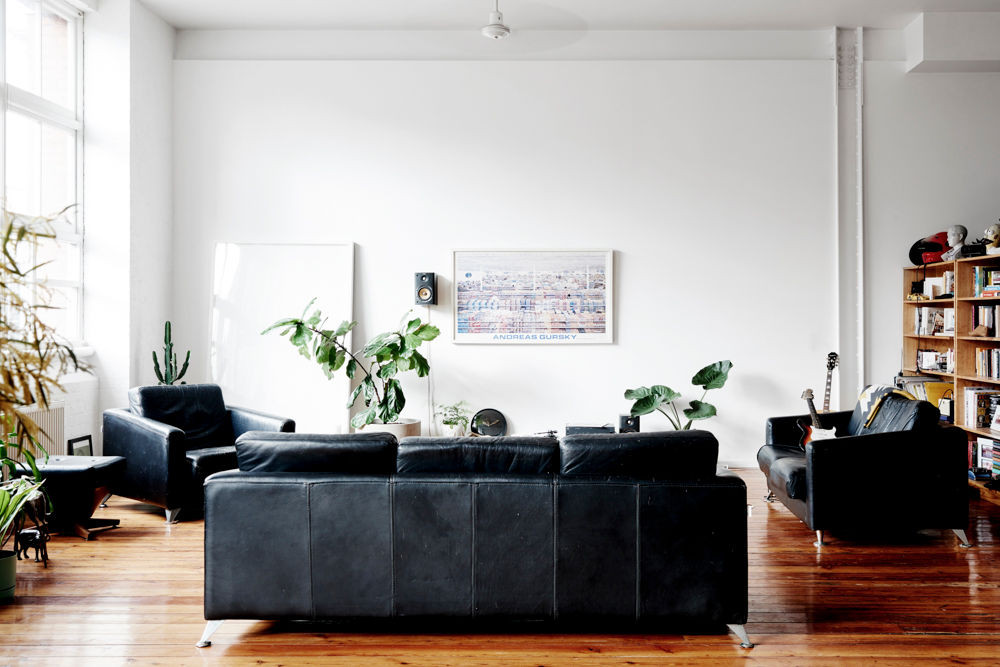 8 Black Living Rooms Where We Wouldn't Mind Taking a Nap_1 black living rooms 8 Black Living Rooms Where We Wouldn't Mind Taking a Nap 8 Black Living Rooms Where We Wouldnt Mind Taking a Nap 4